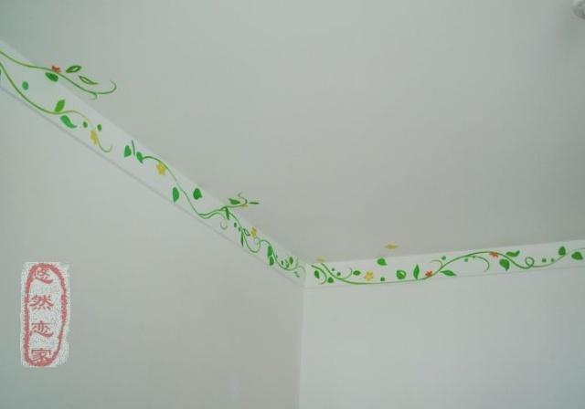 欧式风情的藤蔓和与壁纸的花色相配的小花