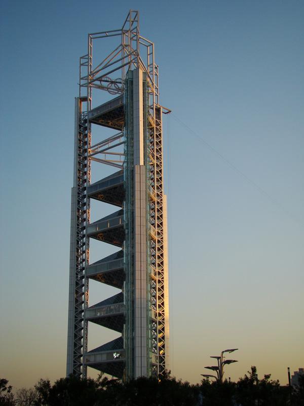 《 玲珑塔 》是信号转播塔