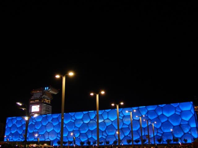 玲珑塔顶的奥运五环也是亮的
