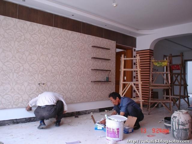 免漆板  的白色贴面质量太差--这家全是免漆板饰面,虽然效果也不错但是质量确实不敢恭维,所以装修的饰面板尽量是清漆或者是混油---油工是相当重要的哦,要麽家具就能定做的就定做,最好别做!!!最后白板换成了黑板--黑板的质量还是看的过去的(哈哈离远些看)看那顶子上的弧度是直线的   装灯部分  装灯的老爷子还是相当的有意思的,说话很逗哈哈---没事的时候就去和他带着