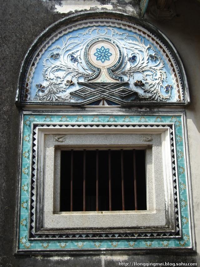 每个房间的窗户上的装饰都不一样,有潮汕木雕,有贴瓷砖,有贴玻璃等