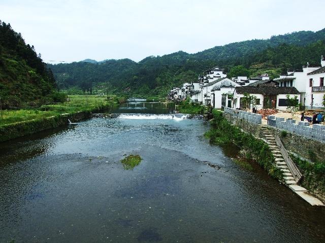 这个景点就在路边,河上一座大桥,对岸就是黄村,一水的白墙青瓦的徽派