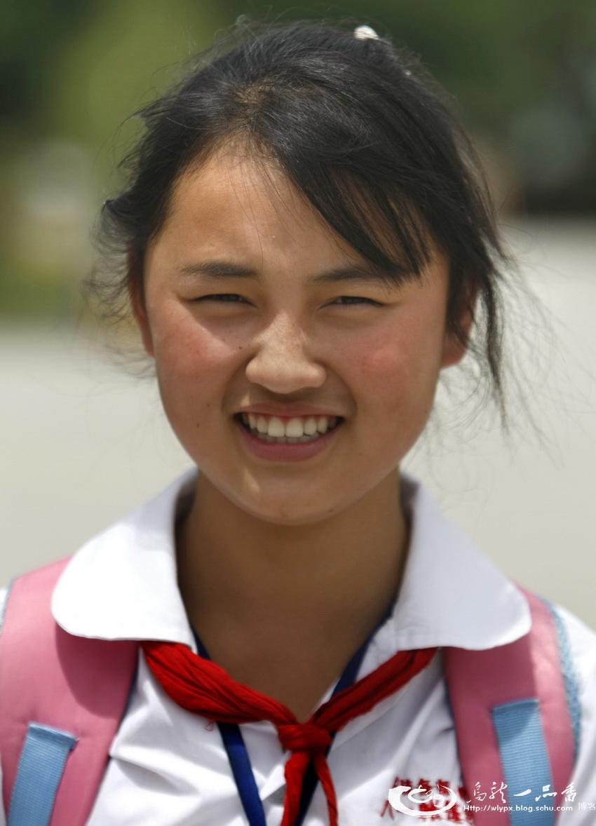 也祝在5.12大地震中,去了另一个世界的孩子们节日快乐! 冯婉露:9岁,5.12正在北川曲山小学上课,她的下半身被废墟掩埋,后被好心人救出。5月14日,她非常幸运地在北川中学的操场上被温总理揽在怀里,总理含泪给予她安慰。去年5月下旬,小婉露父母将女儿带到了他们长期打工的浙江杭州萧山区读书,受到当地学校、老师、同学的欢迎和特别关照。今年春季,她回到了绵阳八一帐篷学校继续上学。小小年纪经历了这么多大事,但她却并不喜欢张扬,至今学校很少有老师和同学知道她就是被总理拥抱过的孩子,也很少有人知道她曾被邀请到鸟