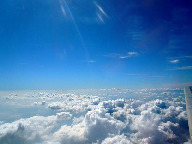 云层薄的地方,还能看到地面上的景色