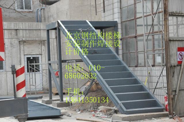 ??3、阁楼楼板施工选材: ?? (1)板材:钢结构上铺木板集成材,松木,大芯板,竹胶版。我对几种板材的了解;集成材不宜变形且尺寸标准造价比其他板材略高;松木板遇潮容易发生变形;大芯板不环保;竹胶版也可以但市场上的都不是太厚踩上去有点咚咚的响声;建议使用集成材。 ?