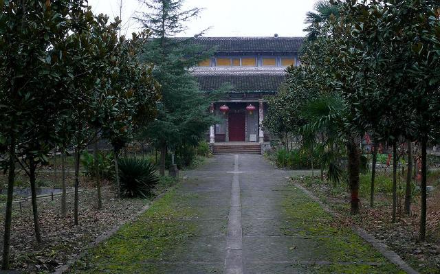 古坝征地-正殿前面,是果树、花草、菜地.   深秋时节,樱桃树叶子红了.   走