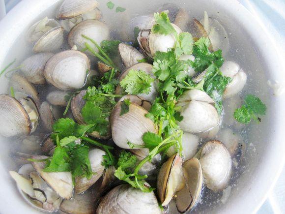 虾耙子,也叫皮皮虾,白水煮.   烤黄花鱼四条.   鱼都收拾好啦,用图片