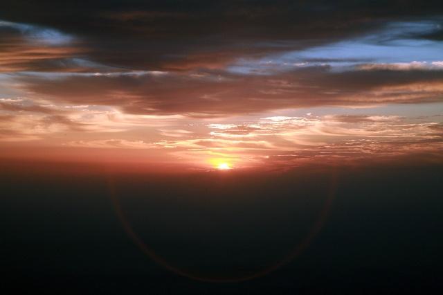 男人面向朝阳风景