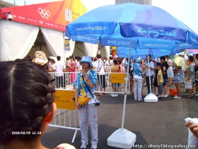 现场观看了奥运女排比赛之一 高清图片