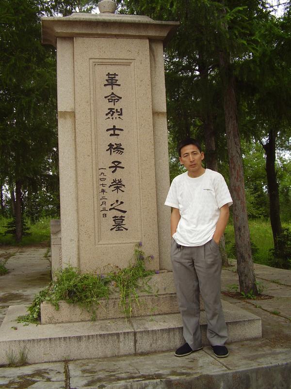 杨子荣烈士陵园大门以白桦树和松树墩为造型,体现了《林海雪原》小说