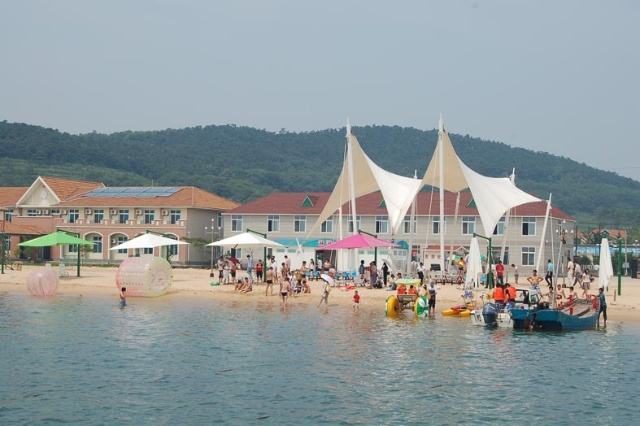 海洋旅游资源得天独厚,尤其村南的饮牛湾以其优质海滩而成为大连地区