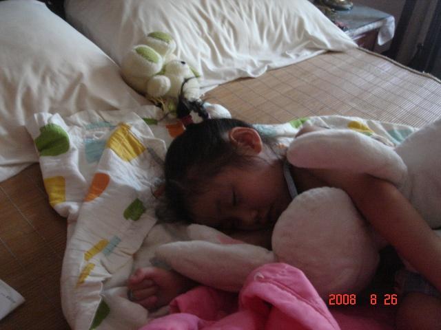 吃饭时间也过了,在她睡觉的时候,我还给她拍了张照片,真可爱!