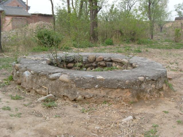有一次用水的多,村里的石头儿和三爷爷家的小四儿因为争水,两个水桶在