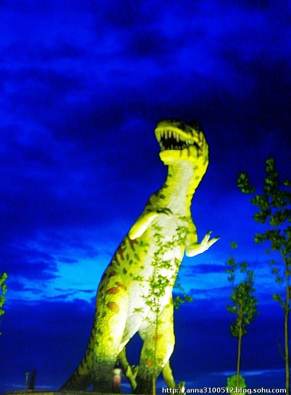 拍照时看到在那奇怪蓝色天空背景下,恐龙雕塑和化石张着大嘴
