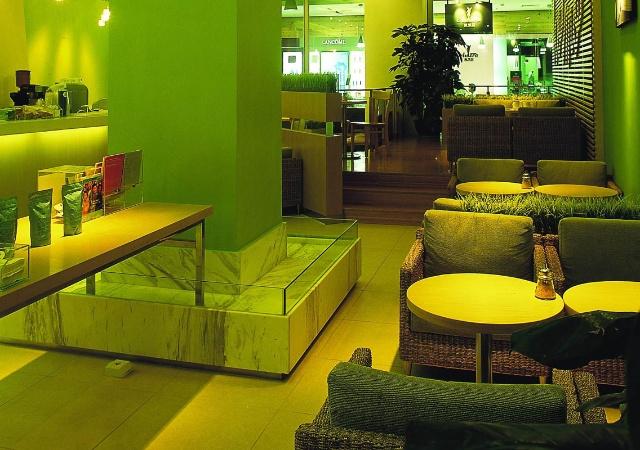 主题是清新的淡绿色,沙发是藤艺的环保品