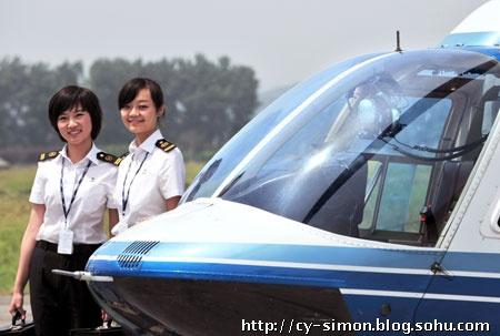 记者也登上了贝尔206直升机体验了一番