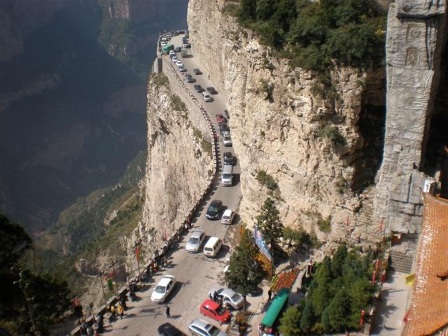 悬崖峭壁上的绵山风景区公路