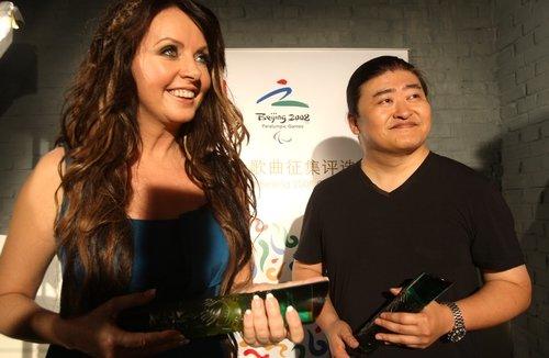 记得在两年前记者还在某活动上见过刘欢,那时时候刘欢大半的头发已经图片