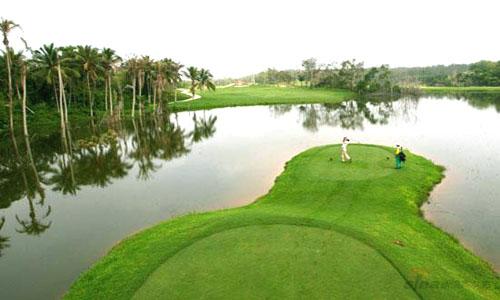 它是丘陵式高尔夫球场,18个球道迂回穿梭于天然的丘陵地带,茂密橡胶