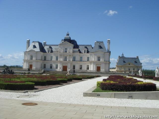 拉斐特城堡酒店是一座集法国酒文化、法国建筑、雕塑、绘画、园林艺