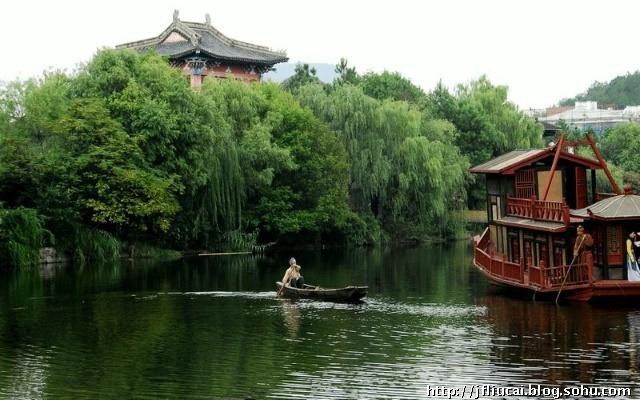 翠枝如黛,江南园林建筑风格,构思精巧,画栋雕梁,五彩缤纷,重檐飞戗