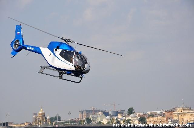 海军小型直升飞机在涅瓦河上的直升飞机平台起飞
