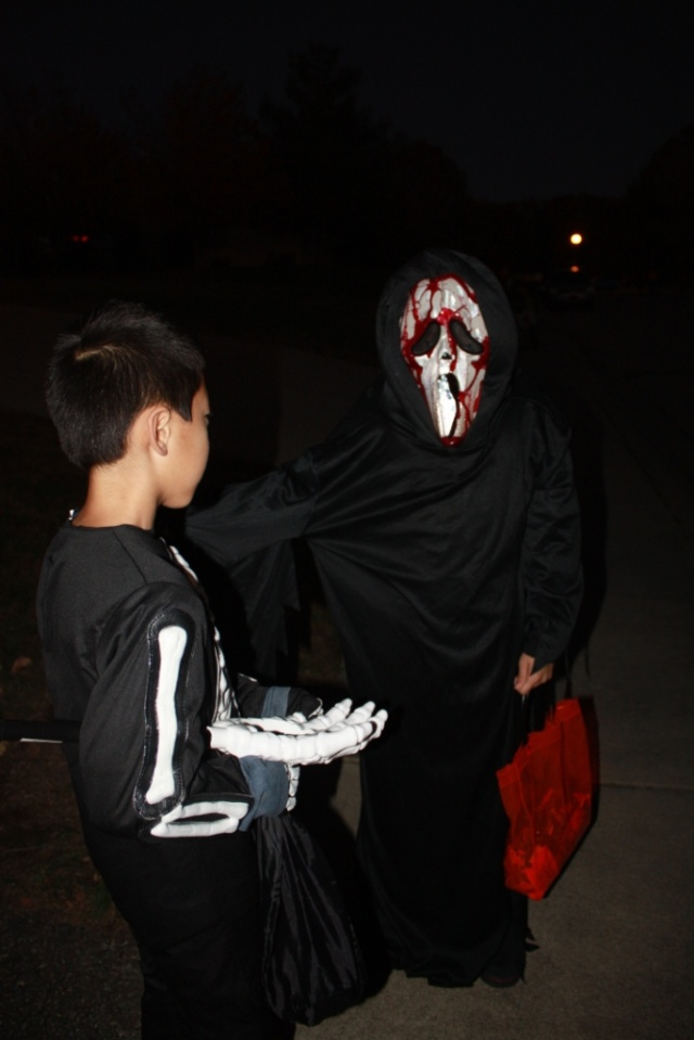 遇到一个中国孩子带着骷髅面具,按动机关就血流满面