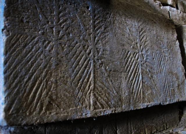 墓砖有清晰的花纹,可以起着装饰的作用.