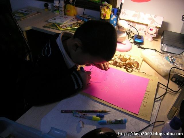 然后用铅笔屑粘贴出花朵的形状:-手工 铅笔屑装饰画之花瓶