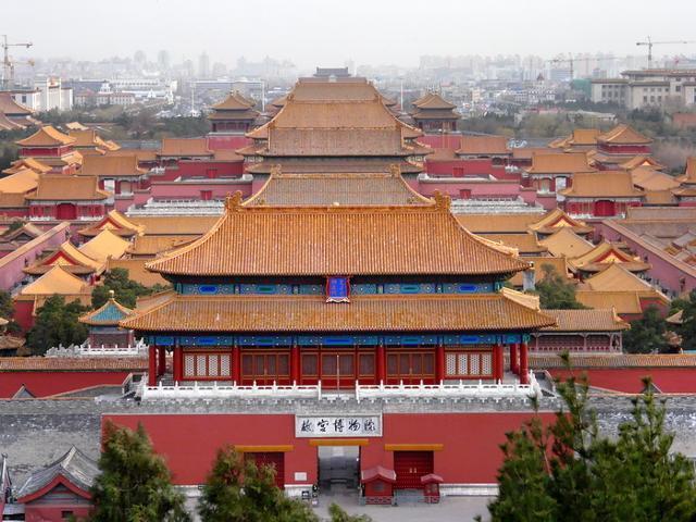 """北京最大的宫殿-紫禁城 ---老北京故事系列谈 北京皇城,是最大的宫殿。皇城,就是我们所说的紫禁城。 现在皇城和紫禁城的叫法,统统都叫""""故宫""""了,它的归属早已有皇家独家统治化为人民所有了。 北京皇城历史已有上千年了,主要是明清两代为重点,它的结构和设计不单是富丽堂皇,主题构思和细腻的制造在世界上也是别具一格的,属于上一流的建筑。这充分反映出历史上勤劳智慧的中国人民具有无穷的智慧和辛勤劳动的本色! 明、清两代24个皇帝的皇宫。为我国现存最大最完整的古建筑群。建筑学家们认为故宫的设计"""