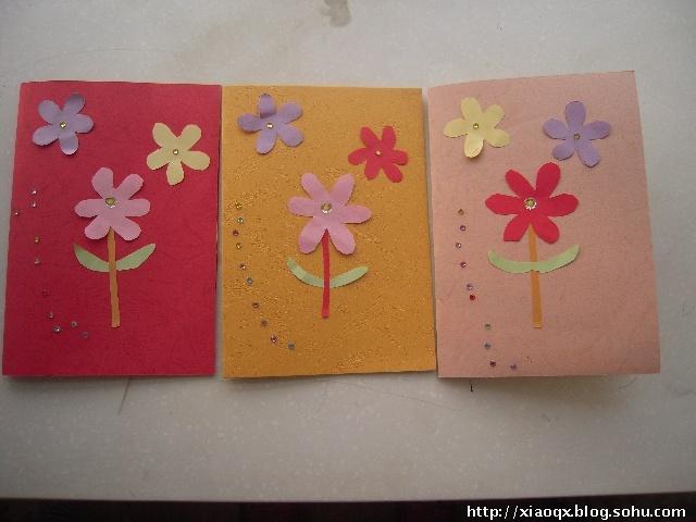 教师节就要到了,昨天放学后,回到家,心心和我一起为幼儿园的老师制作了节日贺卡,心心为每位老师画了一幅画,再和我一起用卡纸做贺卡的封面,我剪了彩色的小花粘在封面上,心心又贴了彩色的小钻,妈妈又帮心心写了祝福词。今天早上,一到幼儿园就送给了老师,老师很高兴,孩子也学到了很多。