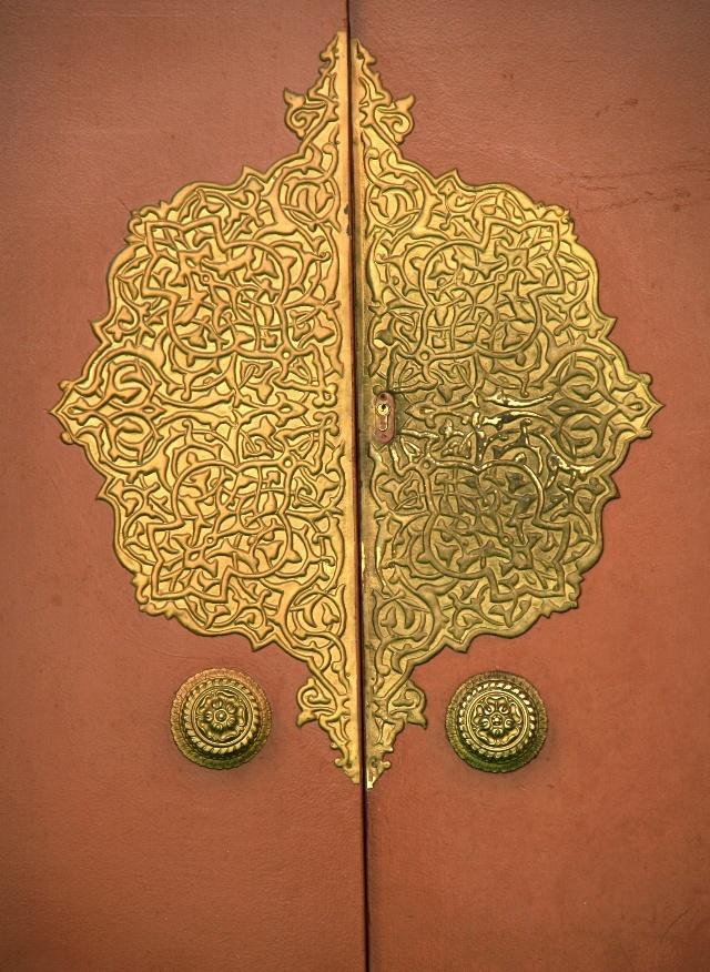 小孤看迪拜 摄影/撰文 孤独行者 二 JUMERAH(久美拉) 清真寺 离开简陋的皇宫来到第二个景点JUMERAH(久美拉) 清真寺,它有两个尖塔及一个宏伟的拱顶,更特别的是整个清真寺全部由石块建造,没有一块砖。由于建造的年代久远故成为迪拜的标志建筑之一。 该清真寺原本只对穆斯林信徒开放,非穆斯林人是不得入内的,据说现在已经允许旅游团体参观。我们到达时大门紧闭,也没遇见任何等待进入的游客。这个清真寺无论外观还是规模都让我大失所望!在土耳其,在以色列,甚至在青海所见的任何一个清真寺都比这个壮观。 对于一个穆
